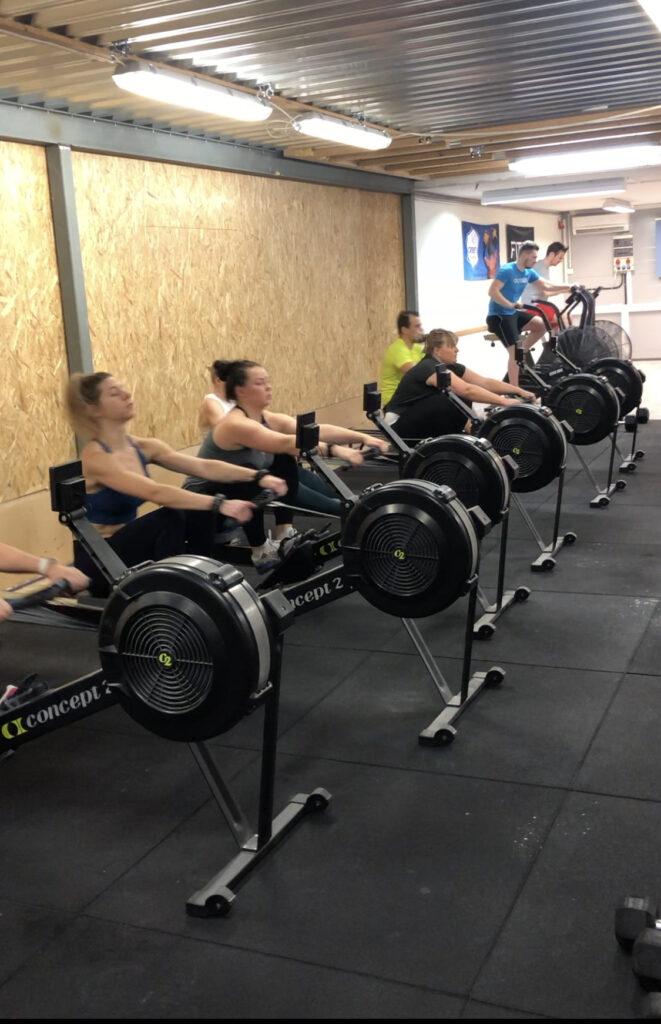 Treenaajia CrossFit Kaarinan salilla.